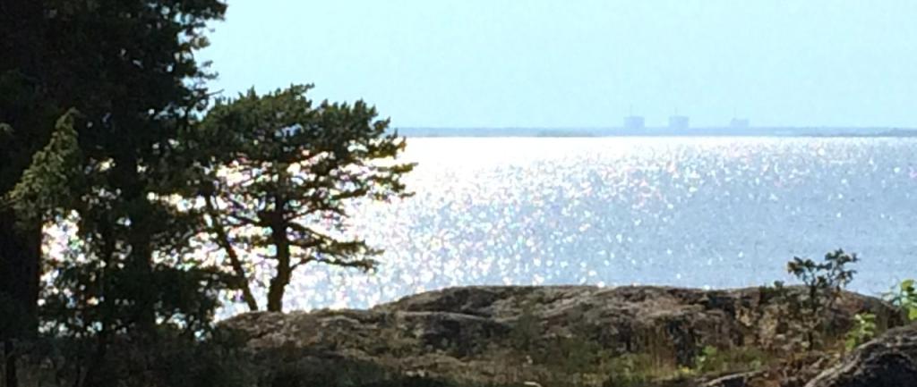 フォルスマルク原発が海の向こうに見える。